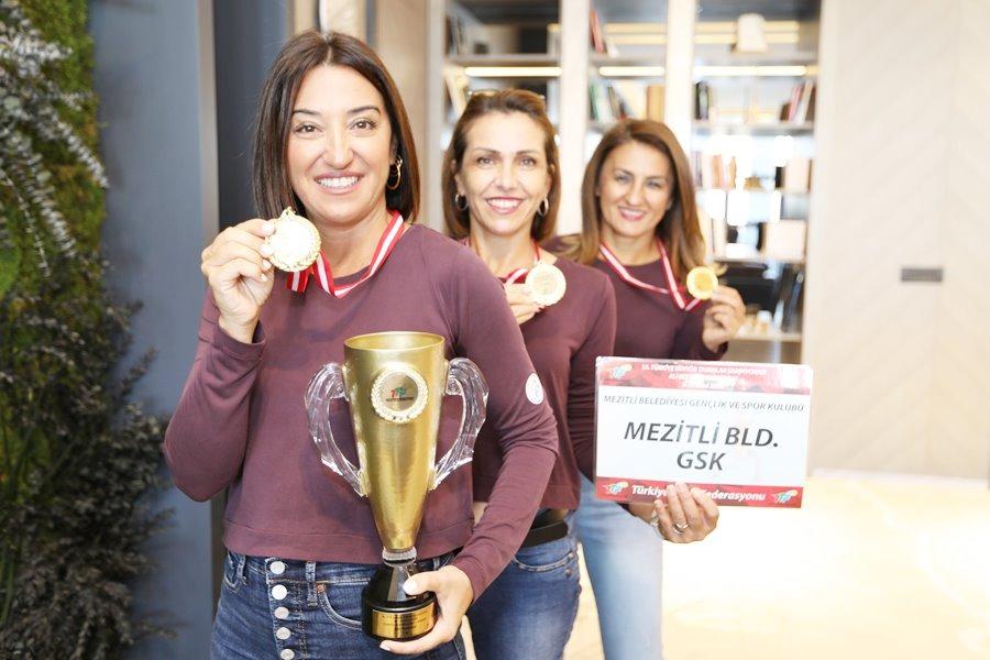 Mezitli'nin şampiyon kadınları kupalarla döndü