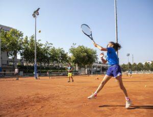 Mersin'de geleceğin tenisçileri yetişiyor