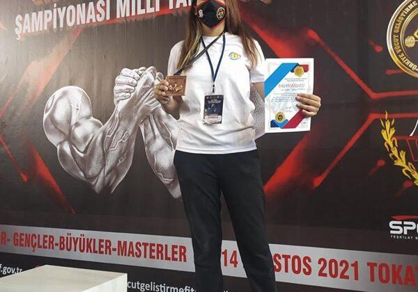 Bilek güreşçisi Selin milli takıma seçildi