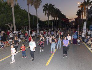 Bulvar trafiğe kapandı, Mersinliler spor yaptı