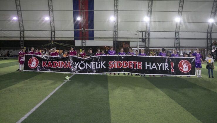 Mersin'de kadınlar takım kurup, top koşturdu